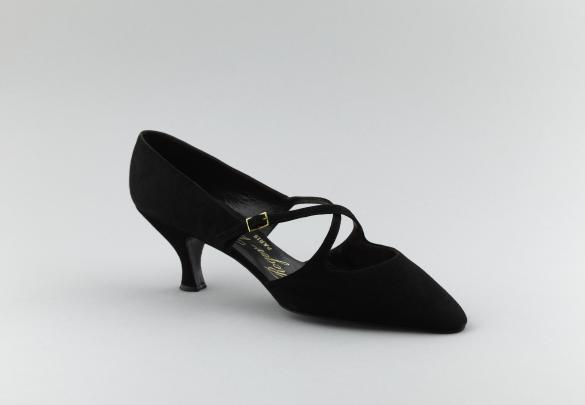 318a2ec01a02 Escarpin. Daim noir à 2 brides croisées sur le cou-de-pied et maintenues  par une petite boucle rectangulaire en métal doré