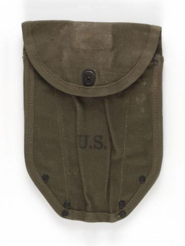 1db7dfc8a4fb7a Housse de pelle américaine modèle 1943   Paris Musées
